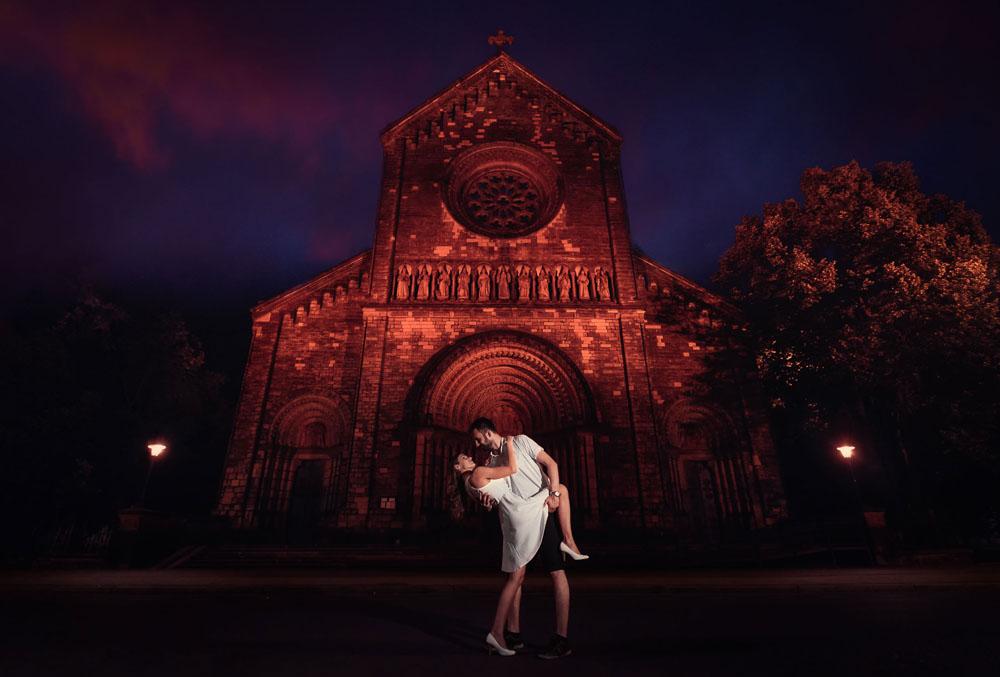 Dvojice snoubenců v objedtí před kostelem sv. Cyrila a Metoděje v Praze.