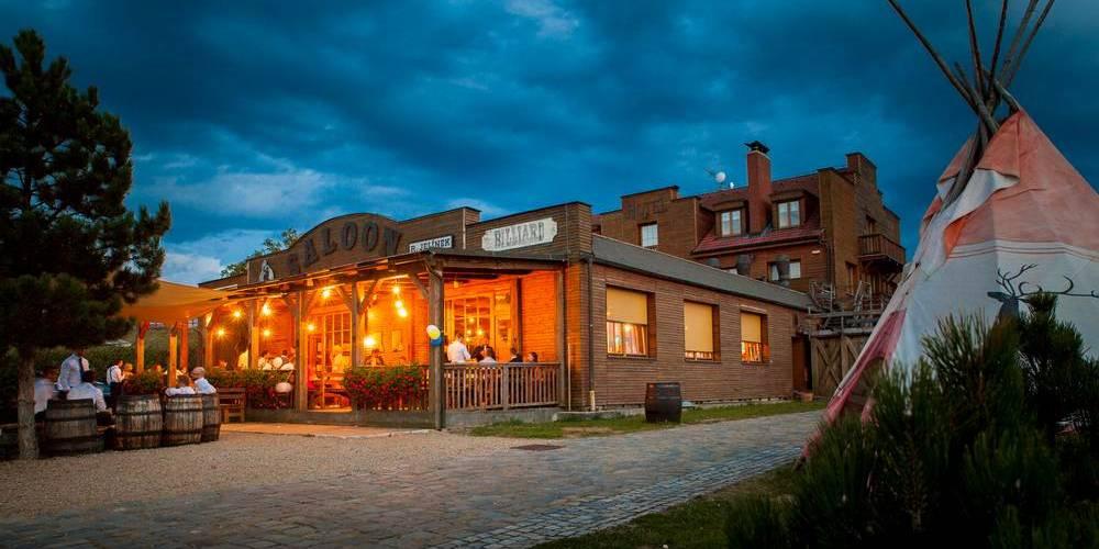 Noční fotka budovy Ranč Kostelany.