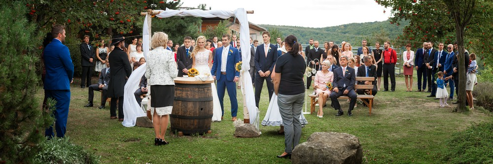 Nevěsta a ženich si říkají ano při svatebním obřadu