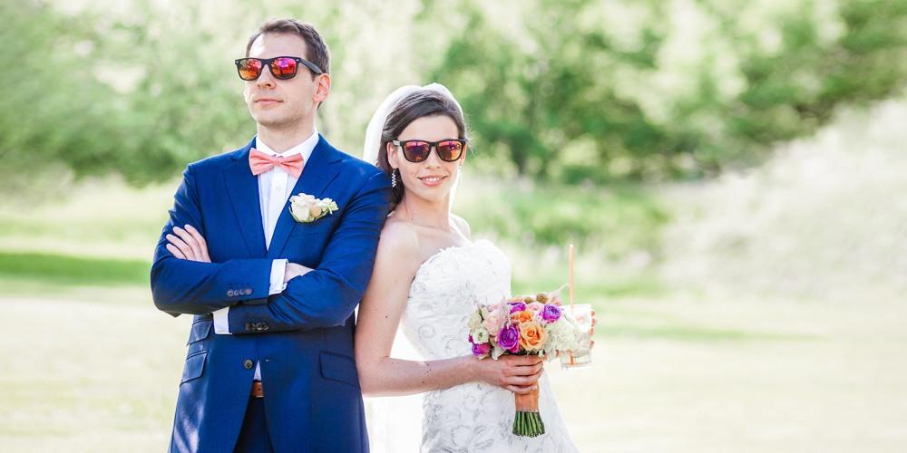 Ženich a nevěsta v brýlích při svatebním focení.