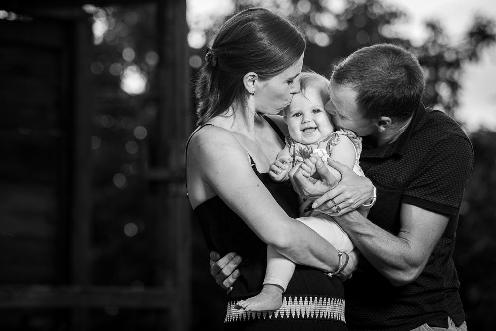 Dcera v objetí rodičů.