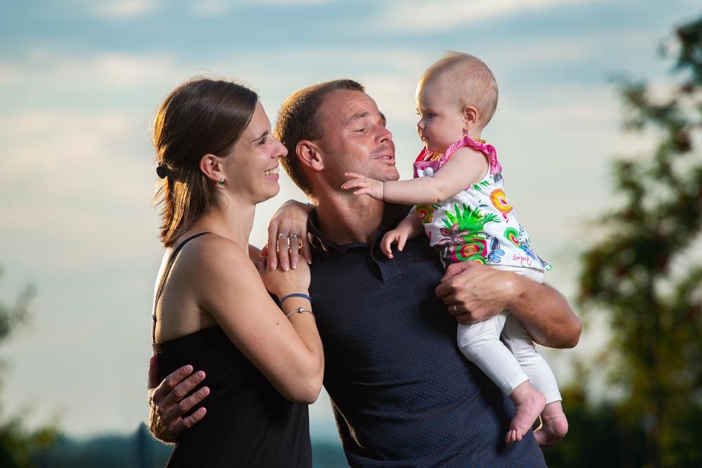 Rodiče s dítětem v náruči.