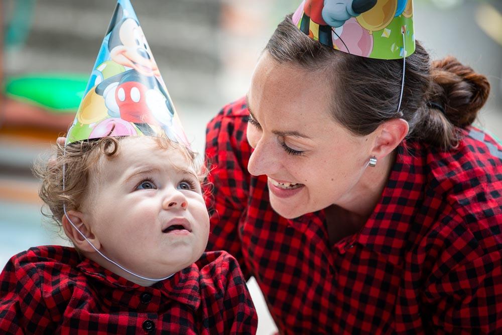 Dítě a maminka s narozeninovým kloboukem.