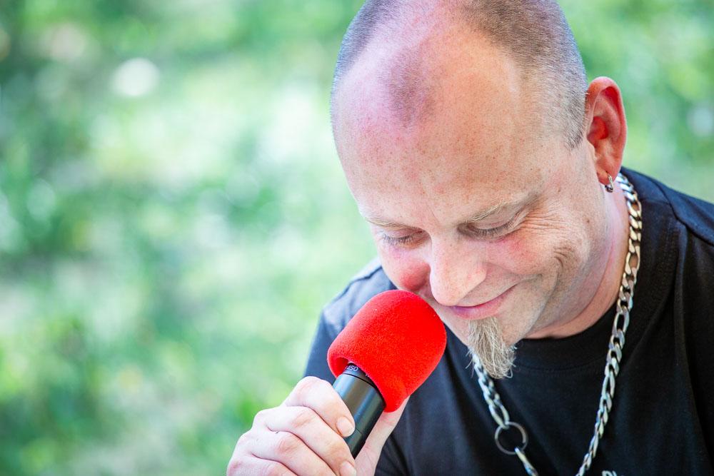 DJ Cajk s mikrofonem.