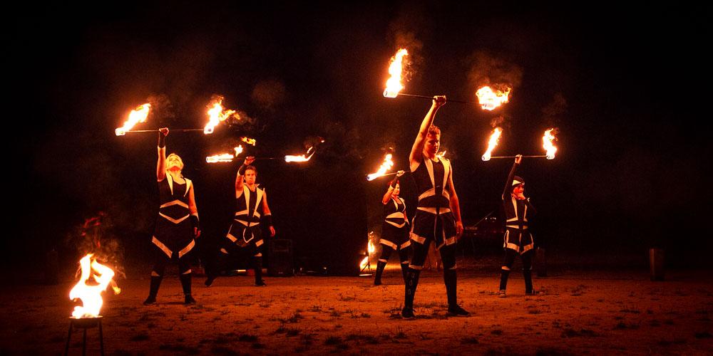 Členové skupiny ohnivé show.