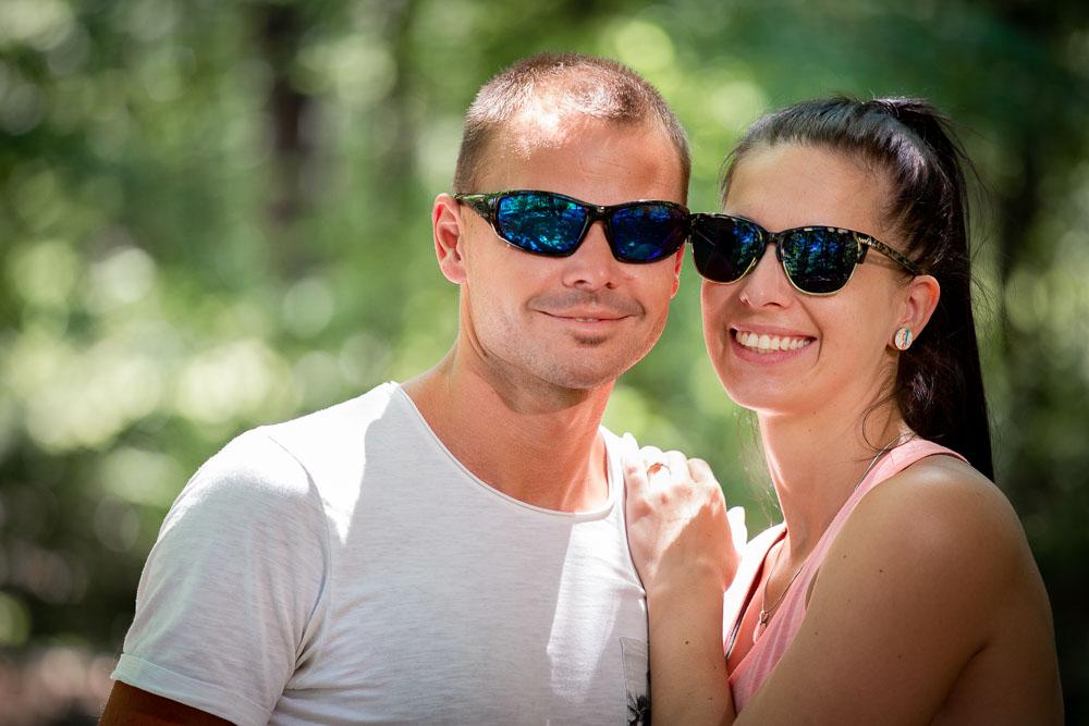 Snoubenci v brýlých v lese.