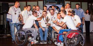 skupina vozíčkářu oslavuje vítězství