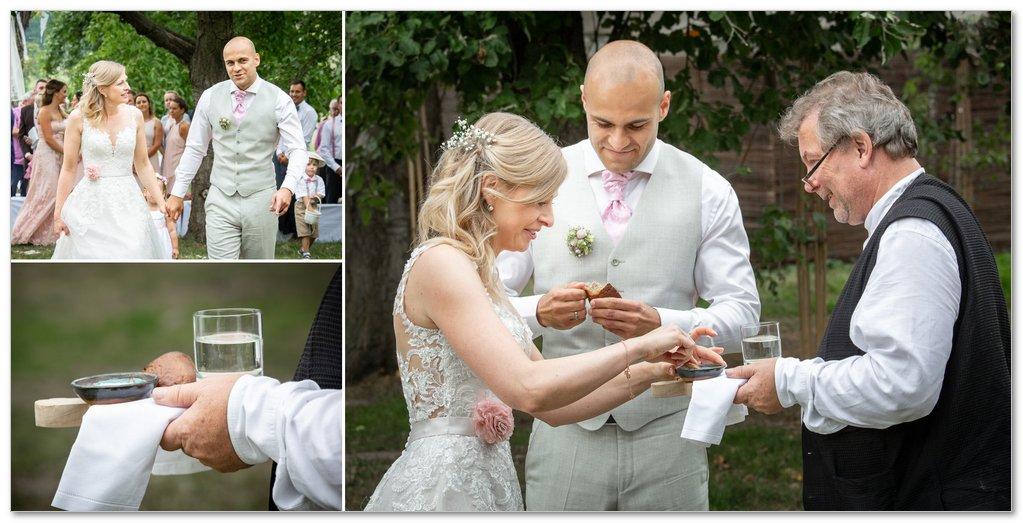 Ženich a nevěsta jsou vítáni chlebem a solí.