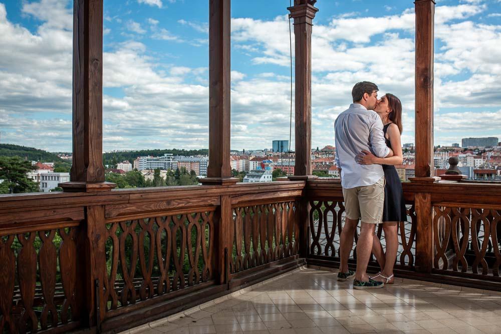 Snoubenci ve Vinném altánu v Havlíčkových sadech s výhledem na Prahu