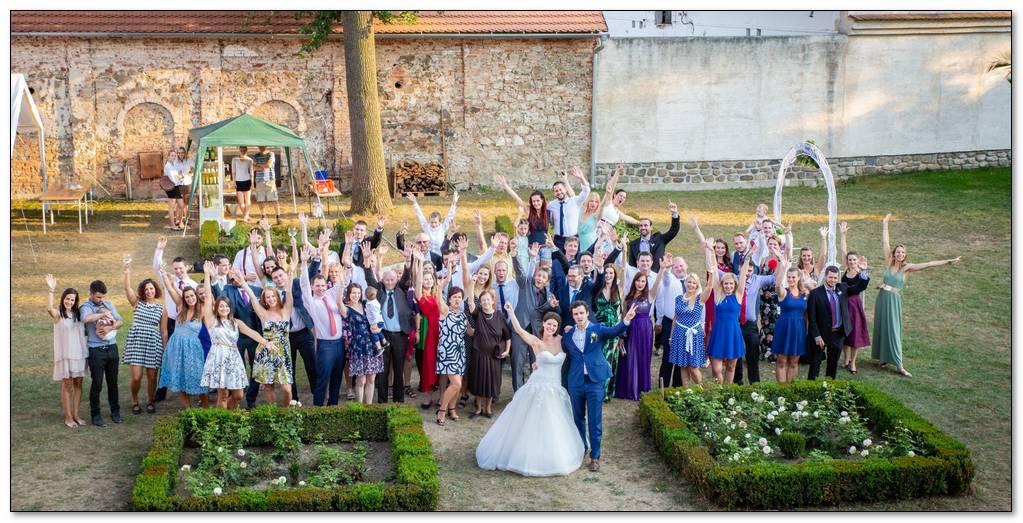 Všichni svatebčané mávají na zámku Radič.