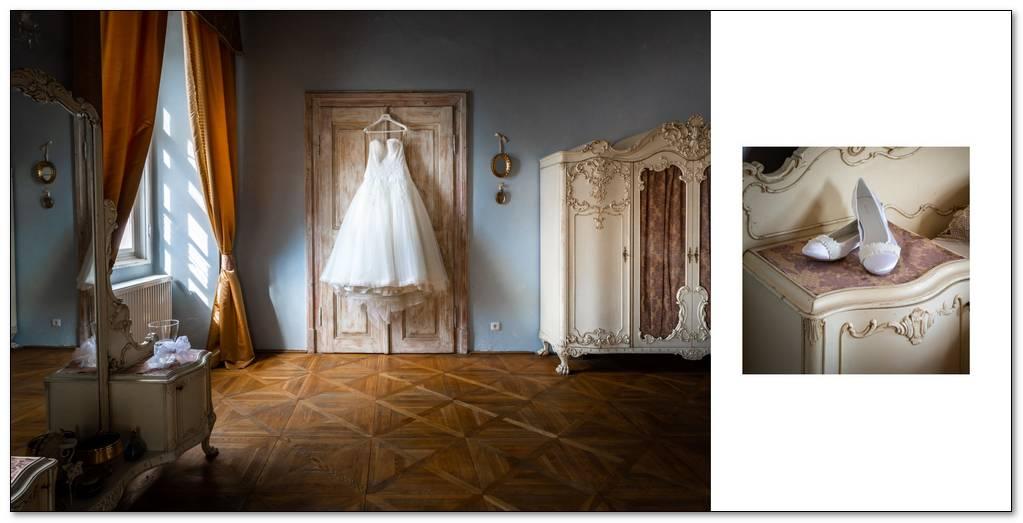 Svatební šaty nevěsty v pověšené na dveřích.