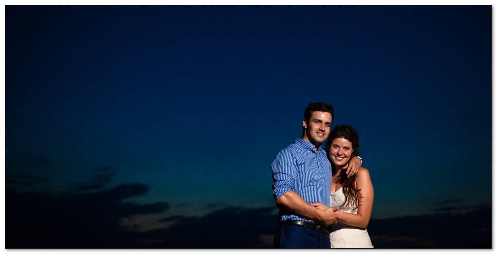 Západ slunce a novomanželé v objetí.