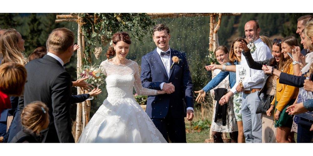 nevěsta se ženíchem ve špalíru hostů.