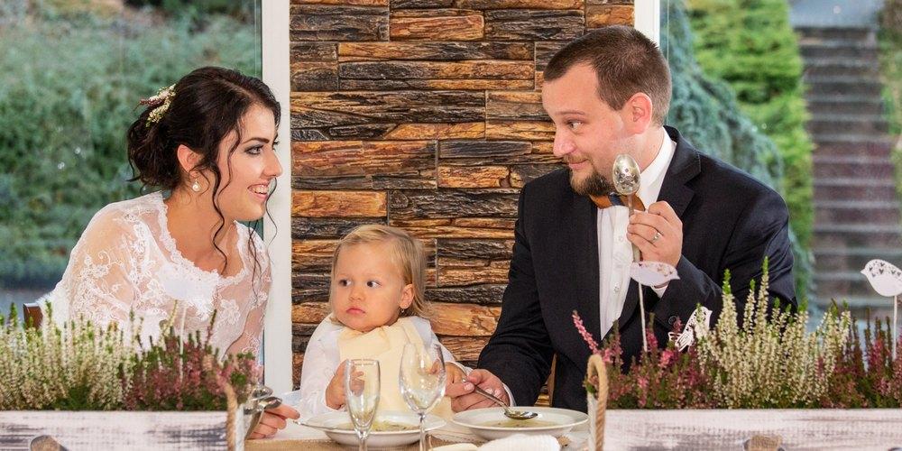 Ženicha nevěsta a jejich dítě obědvají.