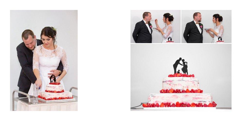 Krájení dortu ženichem a nevěstou.
