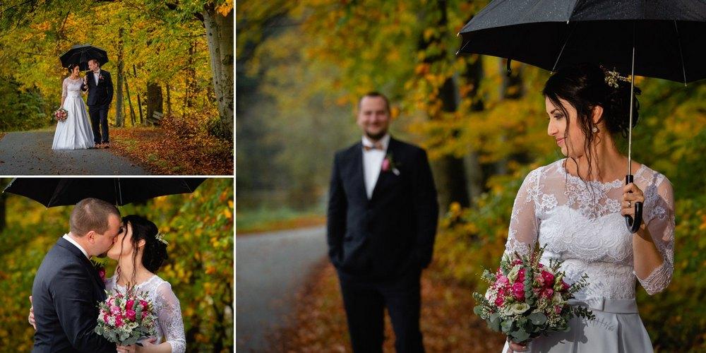 Svatební focení ženicha a nevěsty u lesa.