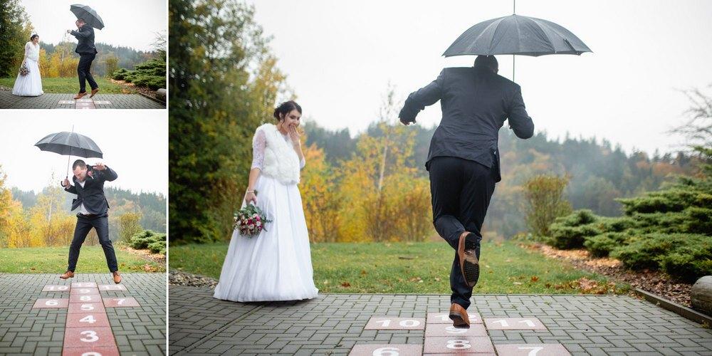 Ženich skáče před nevěstou.