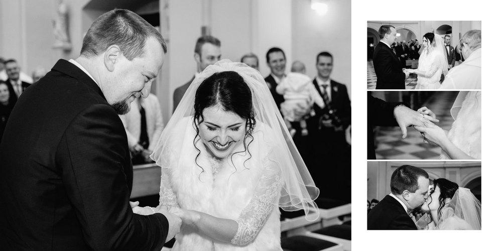 Nevěsta se směje s ženichem v kostele u oltáře.