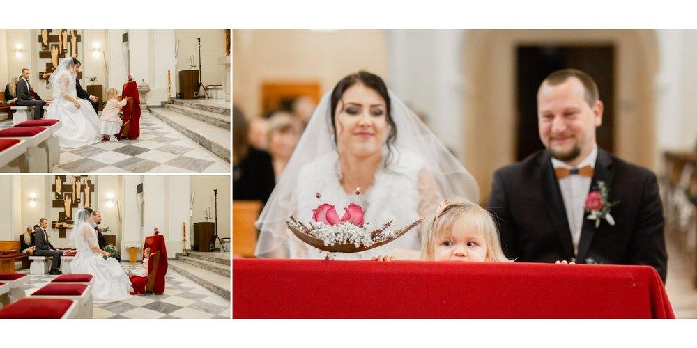 Dítě s rodiči v kostele u oltáře.