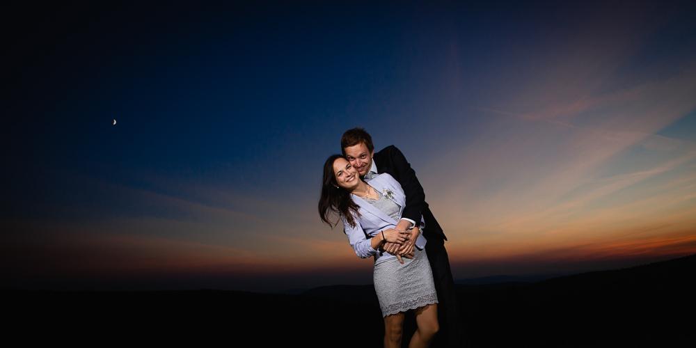 Snoubenci při západu slunce.