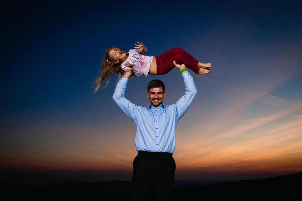 Otec s dcerou nad hlavou.