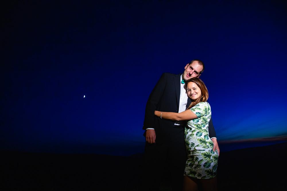 Manžele v objetí za modré oblohy