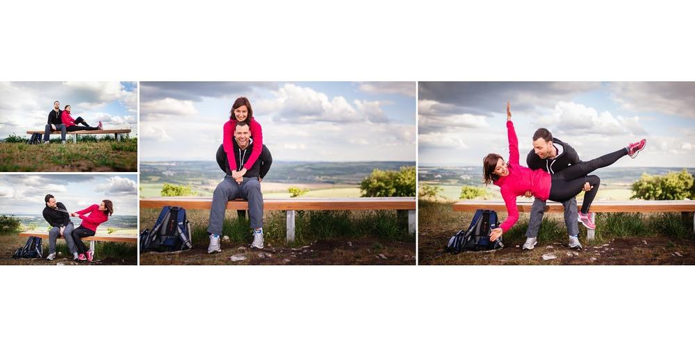 Dvě postavy na lavičce.