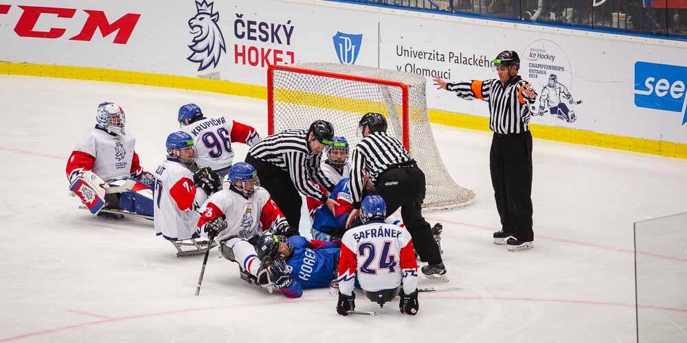 Para hokejisté v zápase Korea a Česká republika.