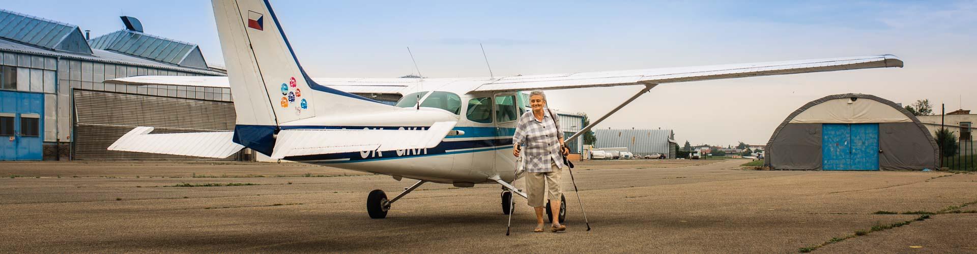 Žena u letadla na letišti Kunovice.