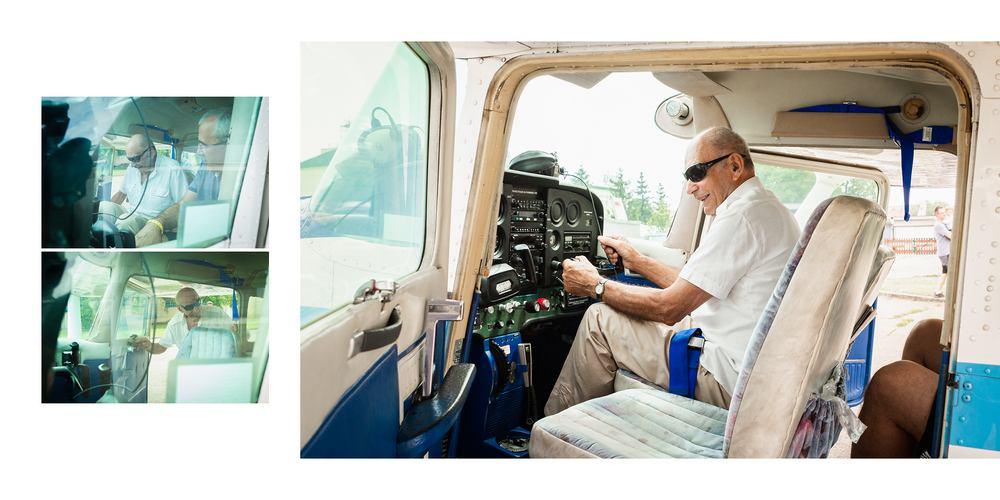 Pan v kabině letadla.