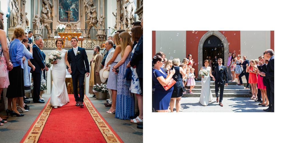 Novomanželé opouštějí kostel.