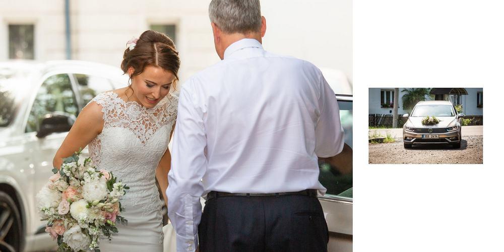 Nevěsta vystupuje z auta.