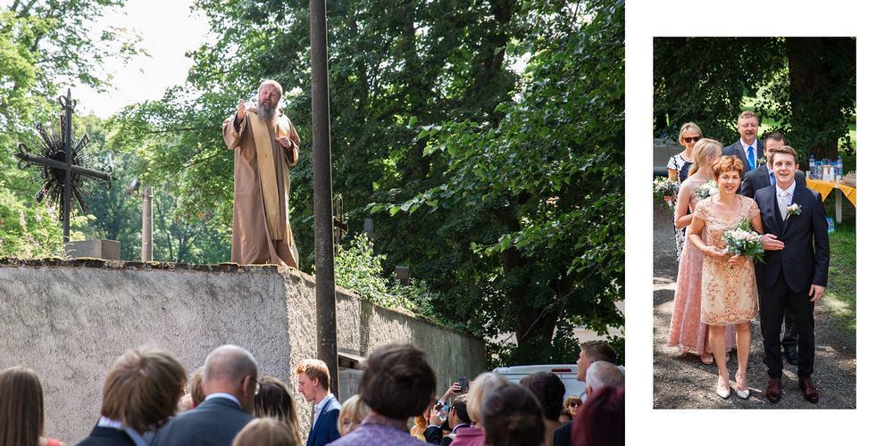 Kněz na zdi káže lidem.