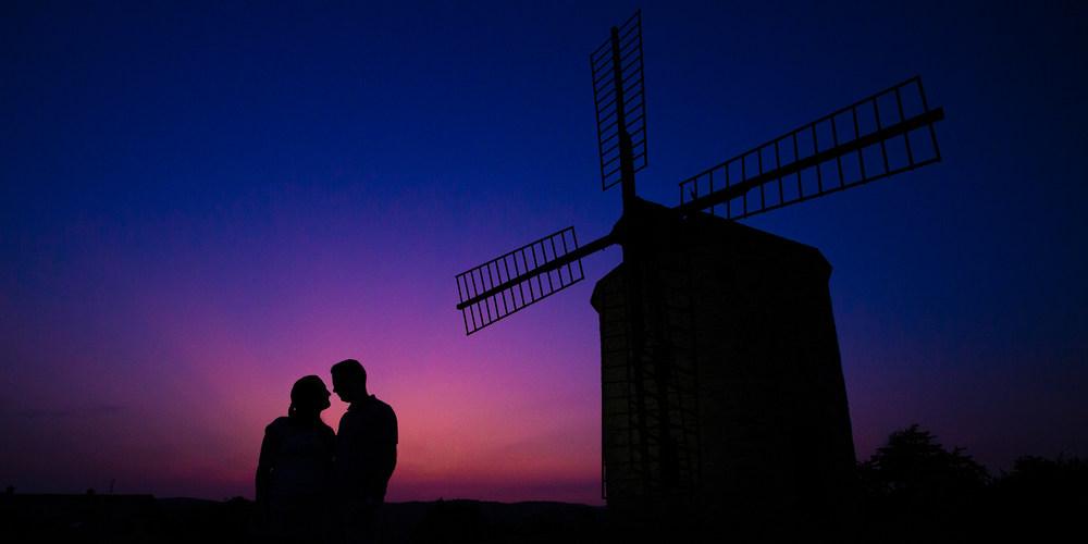 Silueta snoubenců u mlýny.