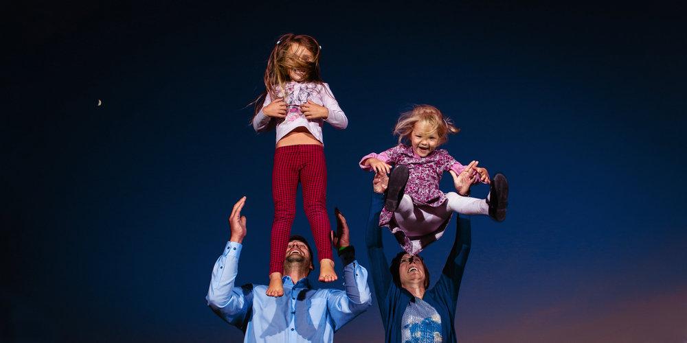 Dvě děti s rodiči při večerním focení.
