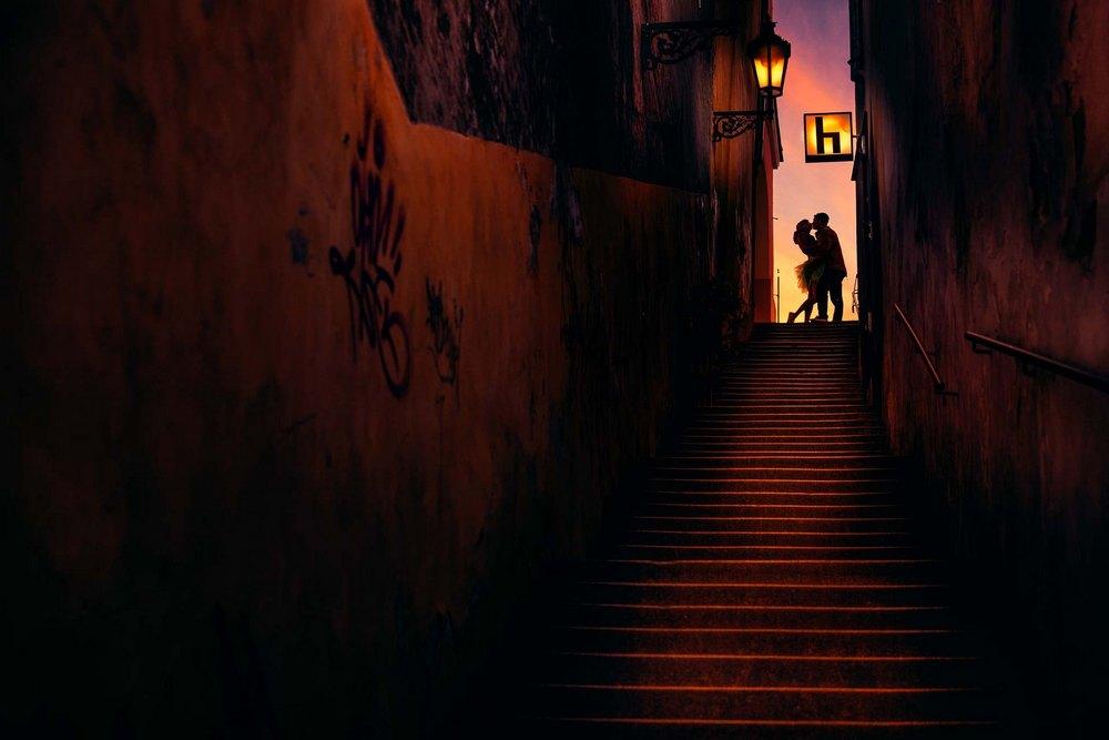 Ženich a nevěsta v uzké uličce nad Pražským hradem.
