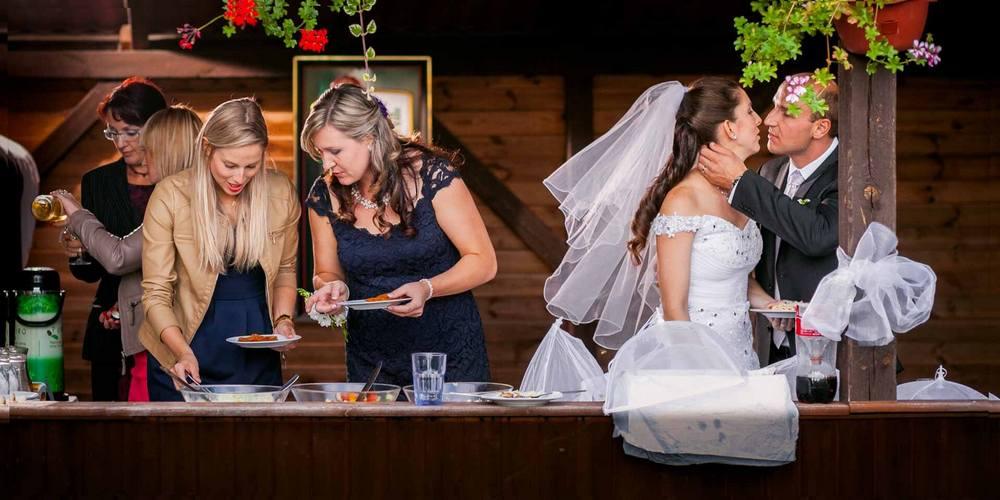 Ženich a nevěsta na večerní oslavě.