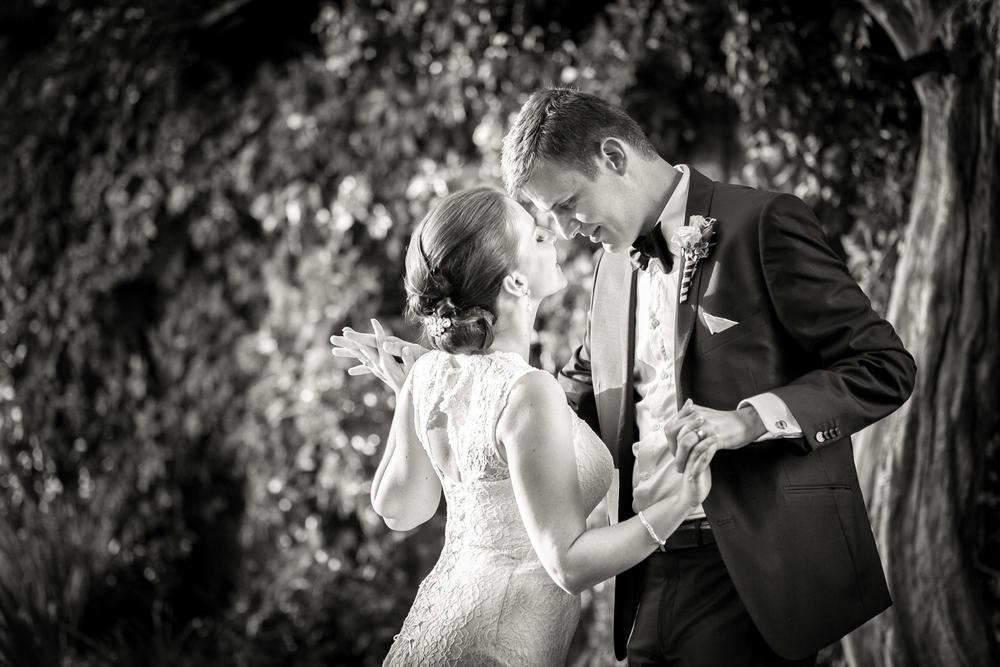 Ženich a nevěsta tancují.