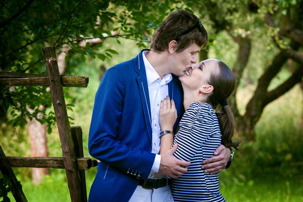 Snoubenci v zahradě.