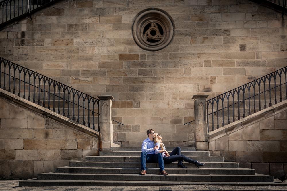 Snoubenci u schodech po Karlovým mostem.