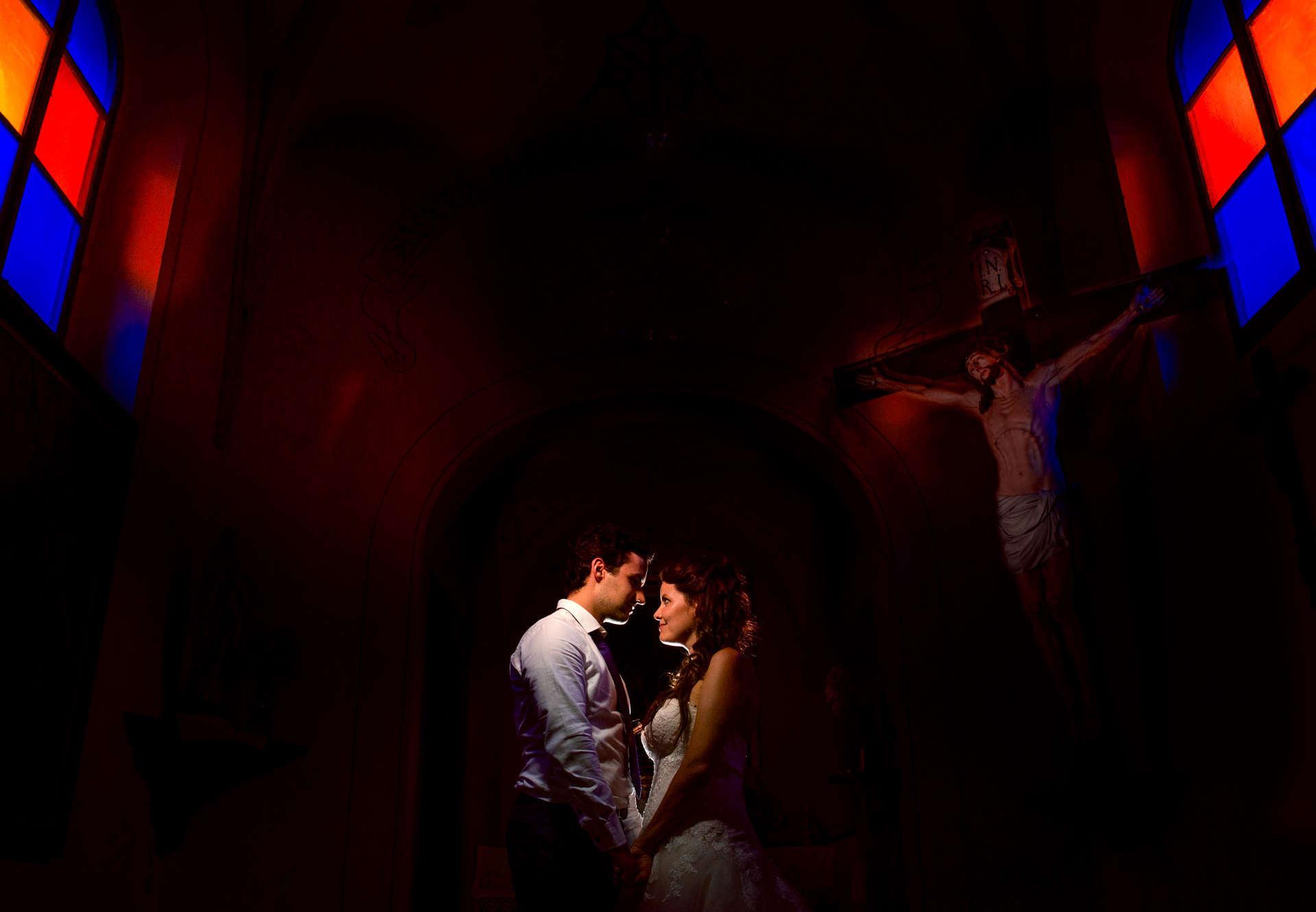 Novomanželé v temné kapli.