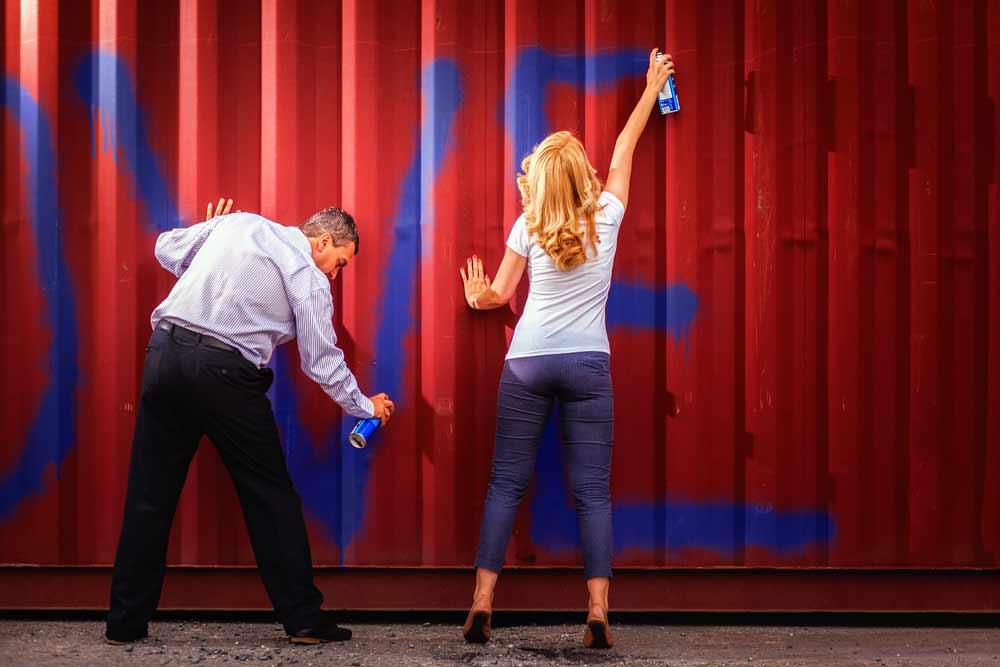 Dvojice maluje na kontejner.