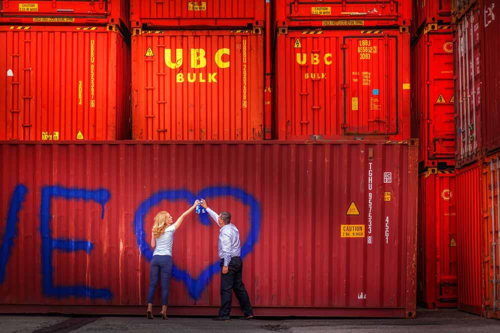 Snoubenci namalovali modré srdce na kontejner.
