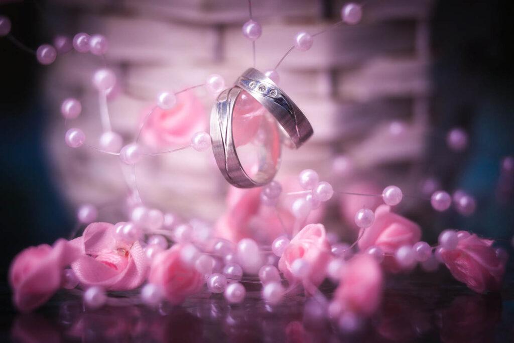 Snubní prsteny ve svatební kytici.