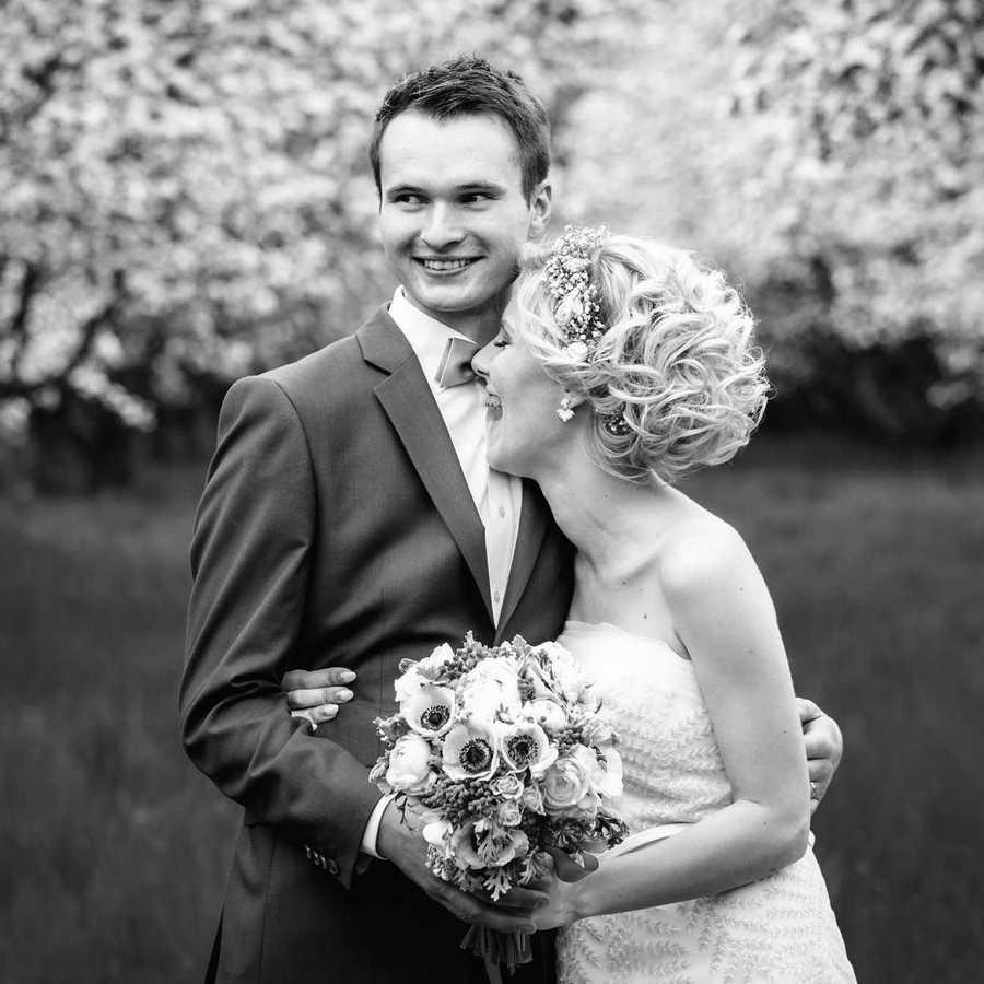 Novomaželé v objetí na svadbě  sadu na ekofarmě Sádky.