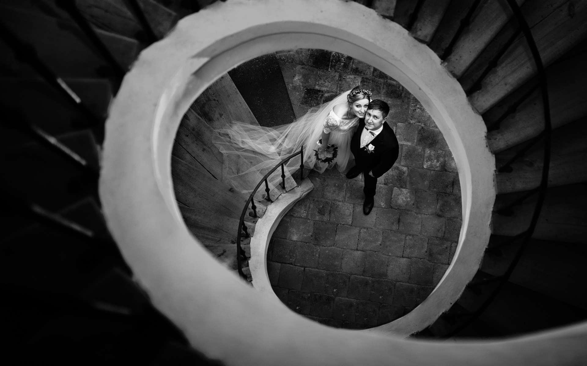 Novomanželé po točivými schody v kostele.