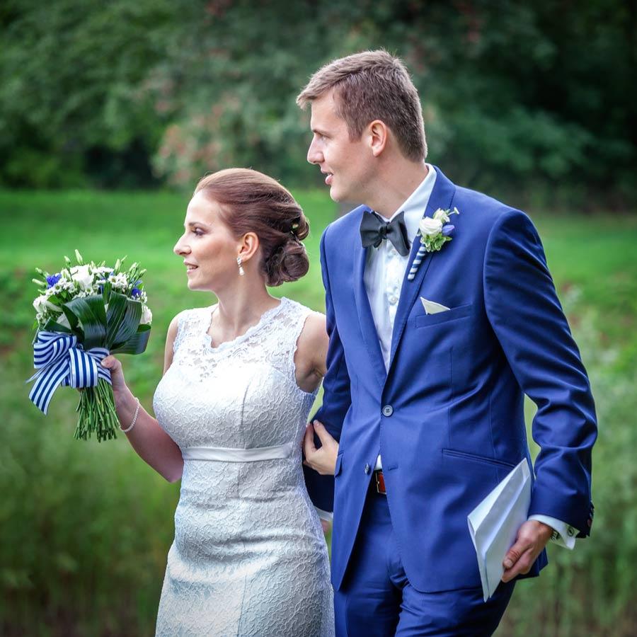 ženicha nevěsta s kytící v ruce.