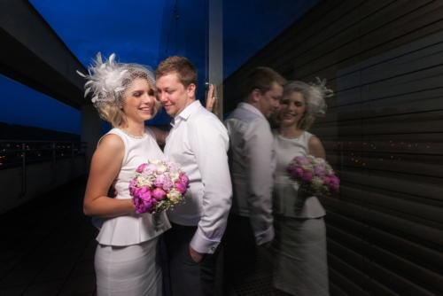 Ženich a nevěsta při večerním svatebním focení na 21. budově - Zlín.