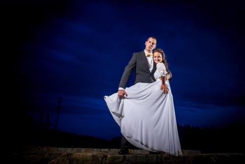 Nevěsta a ženich při večerním svatebním focení.